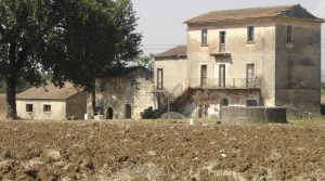 Zeer ruime, volledig te renoveren boerderij tussen Rome en Napels