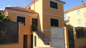 Centrum Loano: alleenstaande nieuwbouw villa met tuin op 600 meter van de zee