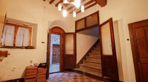 Gedeeltelijk gerenoveerde Toscaanse woning