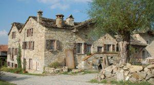 Bijna volledig gerenoveerde ruime stenen woning in typisch dorpje