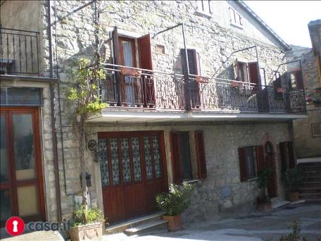 Historisch gebouw in Middeleeuws dorp Umbrie te koop