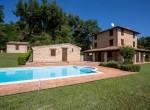 prachtige stenen villa met zwembad te koop in le marche