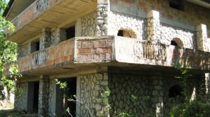 Af te werken stenen villa van 300 m2