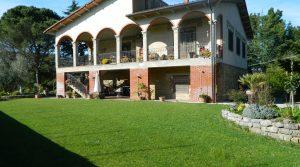 Villa met twee gescheiden, ruime woonlagen, te koop