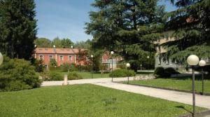 Flat in luxecompound in bossen buiten Milaan. Met zwembad, tennisbaan en privé park.